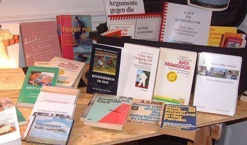 Büchertisch mit Unerzogenem und Unverdientem