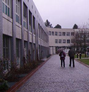 Das Informatikgebäude der FU Berlin (Public Domain, Quelle verlinkt)